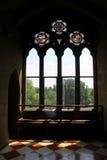 Luce solare che splende attraverso le finestre del castello Fotografia Stock