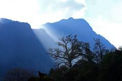 Luce solare che splende con Doi Luang Chiang Dao, grande montagna dentro Immagini Stock Libere da Diritti