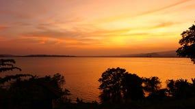 Luce solare contro il fiume Fotografia Stock Libera da Diritti