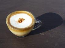 Luce solare del cappuccino di mattina Fotografie Stock Libere da Diritti