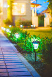 Luce solare del giardino, lanterne nel letto di fiore Giardino Fotografia Stock Libera da Diritti