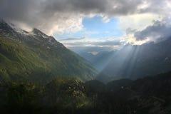 Luce solare della montagna, alpi svizzere Fotografia Stock