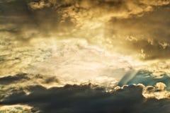 Luce solare di mattina attraverso la nuvola Fotografie Stock Libere da Diritti