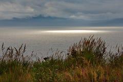 Luce solare nel mare di Okhotsk immagini stock libere da diritti