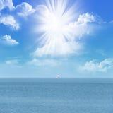 Luce solare in nubi dell'oceano Fotografie Stock Libere da Diritti