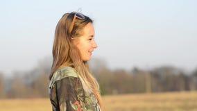 Luce solare parlante della ragazza video d archivio