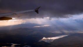 Luce solare piana di Pyrénées delle montagne del cielo fotografia stock
