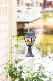 Luce solare piccola del giardino, lanterne nel letto di fiore Immagine Stock