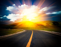 Luce solare sopra la strada. Immagine Stock