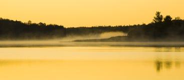 Luce solare su foschia e su acqua fotografia stock libera da diritti