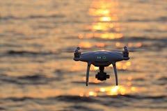 Luce solare telecomandata della scintilla di volo del fuco sul mare Immagini Stock Libere da Diritti