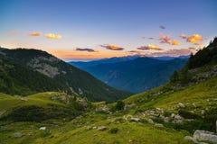 Luce solare variopinta sui picchi di montagna, sul terreno boscoso e sulle valli maestosi delle alpi francesi italiane Immagini Stock