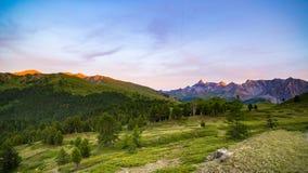 Luce solare variopinta sui picchi di montagna, sul terreno boscoso e sulle valli maestosi delle alpi francesi italiane Immagine Stock Libera da Diritti