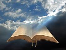 Luce spirituale divina per tutta la bibbia dell'umanità aperta immagine stock libera da diritti