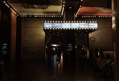 Luce tenue davanti al teatro con l'insegna al neon fotografia stock libera da diritti