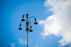 Luce urbana contro cielo blu Fotografie Stock Libere da Diritti