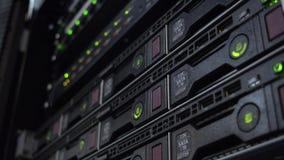 Luce verde del disco rigido sul server dello scaffale Cremagliera del centro dati con gli azionamenti duri video d archivio