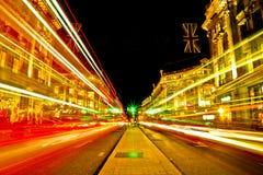 Luce verde nella distanza e nelle luci notturne di Londra Fotografia Stock