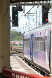 Luce verde per il treno che lascia stazione ferroviaria Immagine Stock