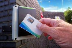 Luce verde su un lettore della scheda elettronica, mostrante un uomo che è Al fotografia stock libera da diritti