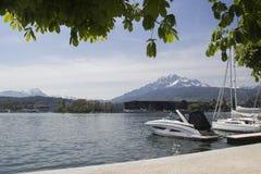 Lucerna è una città in Svizzera centrale Il turista va montare Rigi in barca sul lago Lucerna Una vista panoramica della neve Immagini Stock Libere da Diritti