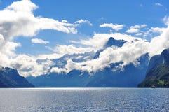 A lucerna cênico e a montanha do lago ajardinam no vale suíço Brunnen da faca Imagem de Stock Royalty Free