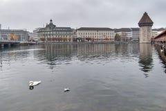 LUCERNA, SUÍÇA - 28 DE OUTUBRO DE 2015: ponte nevoenta da manhã e da capela sobre o rio de Reuss, lucerna Foto de Stock Royalty Free