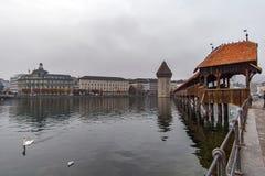 LUCERNA, SUÍÇA - 28 DE OUTUBRO DE 2015: ponte nevoenta da manhã e da capela sobre o rio de Reuss, lucerna Fotografia de Stock