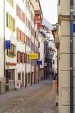 Lucerna, Suíça - 19 de outubro de 2017: Sinais das lojas e do resto Imagens de Stock Royalty Free
