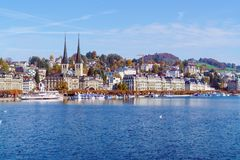 Lucerna, Suíça - 19 de outubro de 2017: Terraplenagem do rio Foto de Stock Royalty Free