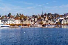 Lucerna, Suíça - 19 de outubro de 2017: Terraplenagem do rio Fotos de Stock Royalty Free