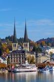 Lucerna, Suíça - 19 de outubro de 2017: Terraplenagem do rio Fotografia de Stock