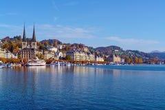 Lucerna, Suíça - 19 de outubro de 2017: Terraplenagem do rio Imagem de Stock