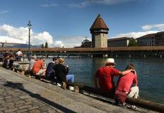 Lucerna Szwajcaria, Czerwiec, - 04, 2017: Ludzie siedzą na bulwarze Fotografia Stock