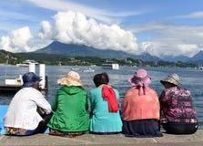 Lucerna Szwajcaria, Czerwiec, - 04, 2017: Ludzie siedzą na bulwarze t Zdjęcie Royalty Free