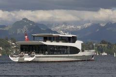 Lucerna, Szwajcaria Czerwiec 7 2017: Moderne Wycieczkowy statek na jeziornej lucernie, Szwajcaria, EDITORI Zdjęcia Stock
