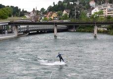 Lucerna Szwajcaria, Czerwiec, - 04, 2017: Surfingowiec na Reuss rzece w L Fotografia Stock