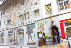Lucerna Szwajcaria, Maj, - 02, 2017: Obraz na ścianie dom w lucernie, Szwajcaria Zdjęcia Royalty Free