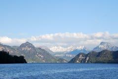 Lucerna, visión desde el lago a las montañas Foto de archivo