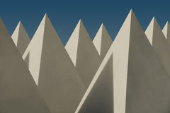 Lucernari bianchi della piramide messi contro un cielo blu Immagine Stock Libera da Diritti