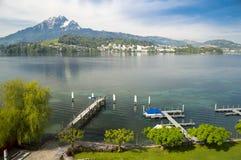 Lucerne湖和岸风景和皮拉图斯峰在瑞士 免版税库存图片