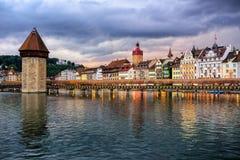 Lucerne gammal stad på dramatisk solnedgång, Schweiz arkivfoton