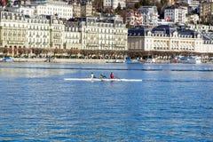 LUCERNE SCHWEIZ - APRIL 13, 2016: Grupp människor som kanotar under fritid på sjön Lucerne Luzern med staden in Fotografering för Bildbyråer