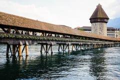 LUCERNE SCHWEIZ - JUNI 3, 2017: Turister tycker om att gå över floden på kapellbron Arkivfoton