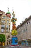Lucerne Schweiz - Maj 02, 2017: Färgrik monument av den centrala springbrunnen av Lucerne, Switzerlan Royaltyfria Bilder