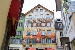Lucerne Schweiz - Maj 02, 2017: Felik målning på väggen av ett hus i Lucerne, Schweiz Fotografering för Bildbyråer