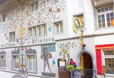 Lucerne Schweiz - Maj 02, 2017: Målningen på väggen av ett hus i Lucerne, Schweiz Arkivfoto