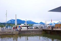 Lucerne Schweiz - Maj 02, 2017: Pir på kustlinjen på Lucerne sjön, schweizare Fotografering för Bildbyråer