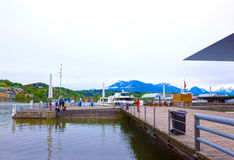 Lucerne Schweiz - Maj 02, 2017: Pir på kustlinjen på Lucerne sjön, schweizare Royaltyfria Foton