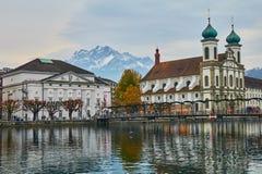 LUCERNE SCHWEIZ - November, 2018: Sikt av monteringen Pilatus, Jesuitenkirche och hus på invallningen av den Reuss floden royaltyfri foto